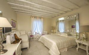 """<img src=""""suite.png"""" alt=""""La Residence Hotel & Suites Review"""">"""